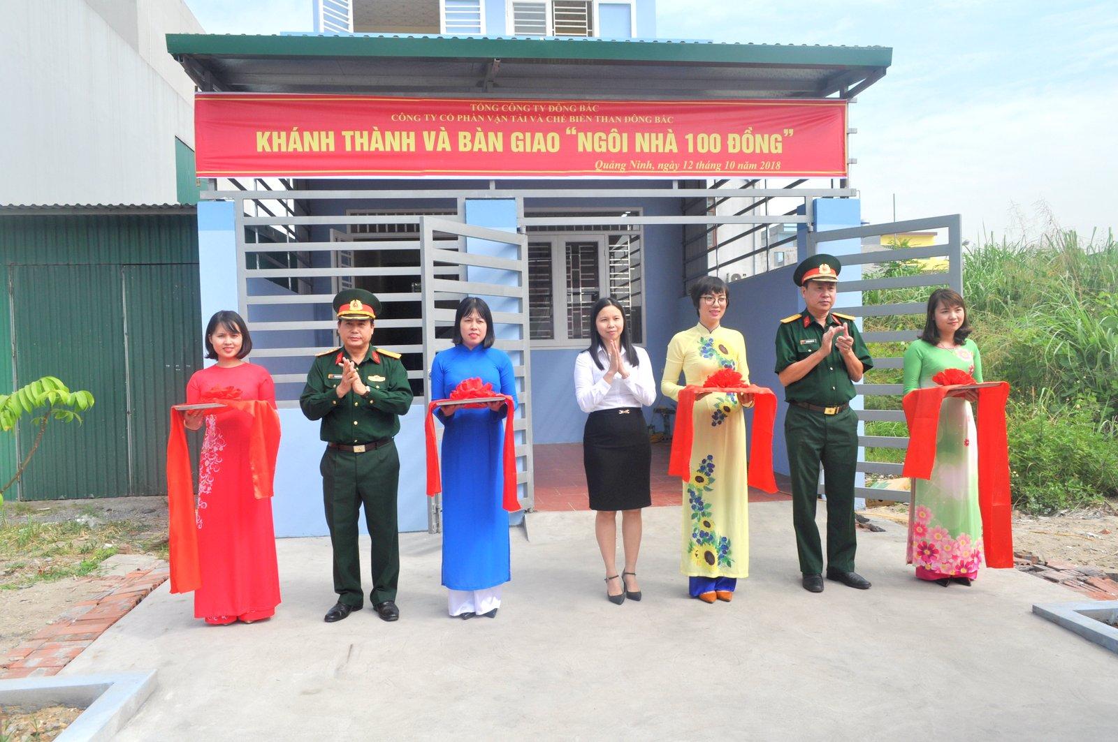 """Khánh thành và bàn giao """"Ngôi nhà 100 đồng"""" cho gia đình đồng chí trung úy QNCN Nguyễn Văn Dũng, cán bộ đoàn có hoàn cảnh khó khăn."""